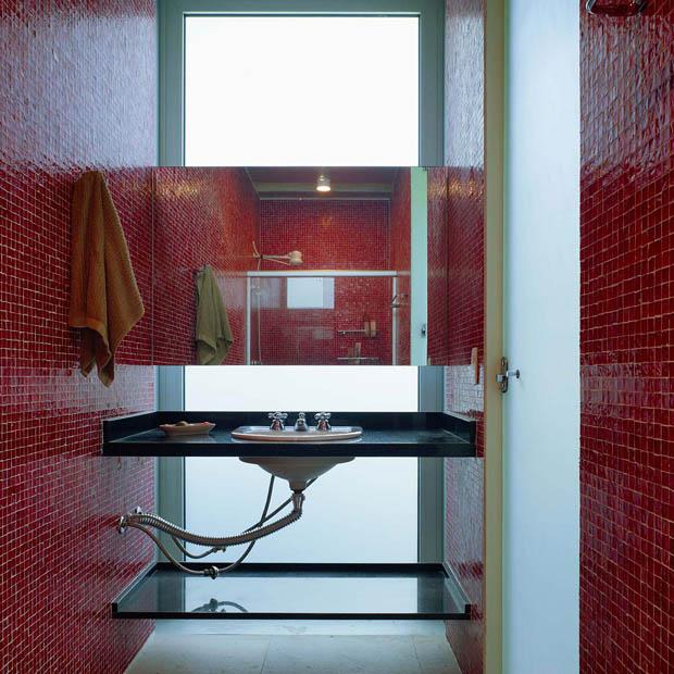 ห้องน้ำเล็กๆ ปูกระเบื้องโมเสด กระเบื้องผนังสีแดง