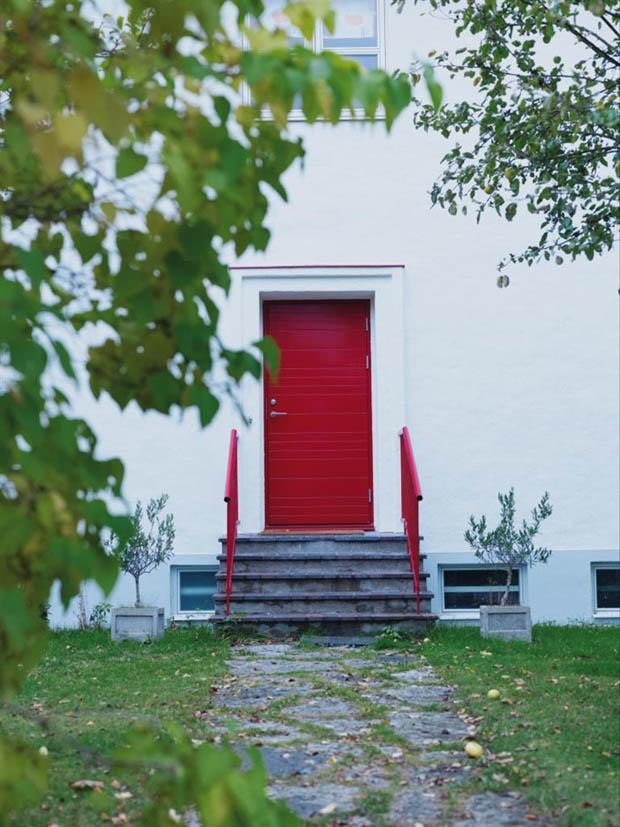 บ้านสีขาวประตูสีแดง