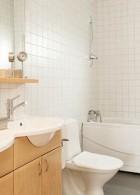 แบบห้องน้ำ กว้างๆ ปูกระเบื้องพื้นและผนัง