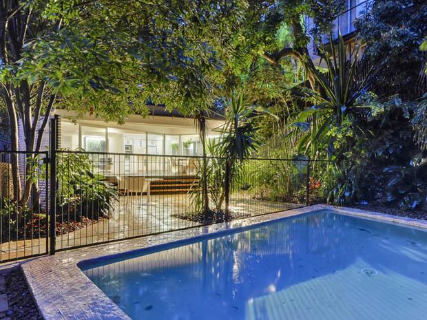 สระว่ายน้ำ หน้าบ้าน