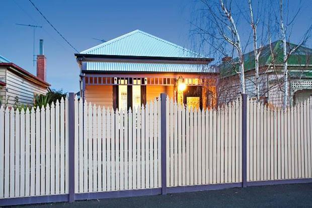 แบบรั้วบ้าน รั้วไม้สูงเหนือหัว สีขาว