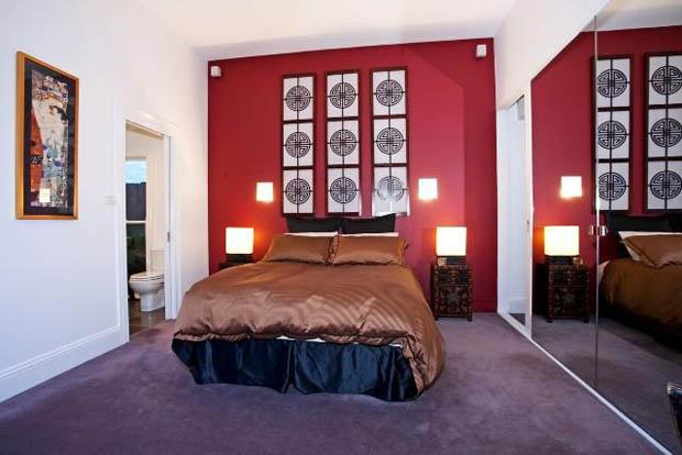 ห้องนอนพื้นขัดมัน ทาสีผนังห้องนอน แดงอมส้ม