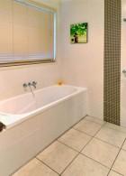 อ่างอาบน้ำสวย กระเบื้องปูพื้นสีขาว