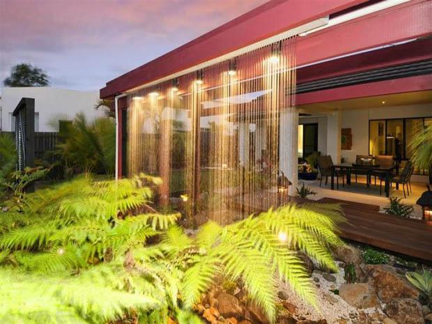 ม่านน้ำตก จัดสวน มีแสงไฟประดับ สวยงาม