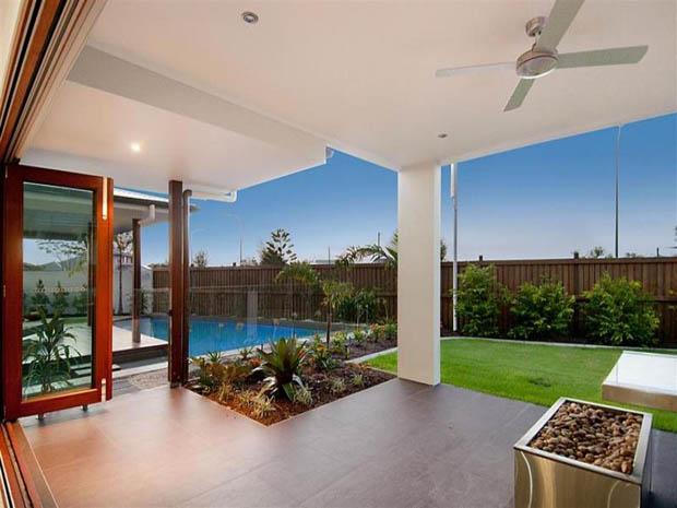 ออกแบบมุมนั่งเล่นหลังบ้าน มีสระว่ายน้ำด้วยนะ