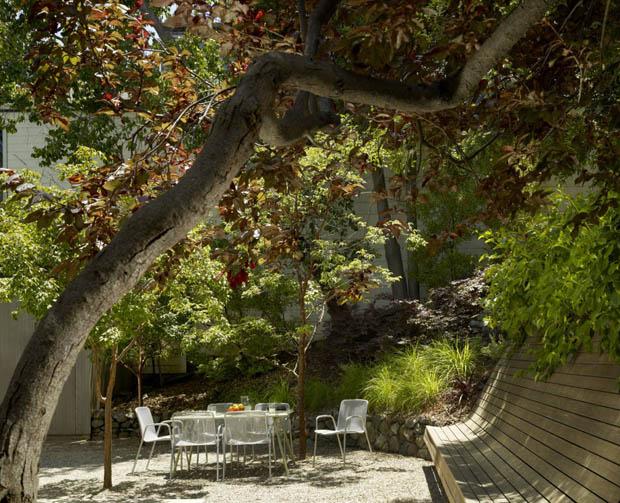 จัดสวนนั่งเล่นใต้ต้นไม้ใหญ่