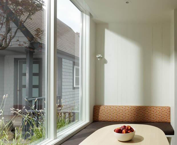 แบบหน้าต่าง มีเก้าอี้นั่งเล่นริมหน้าต่าง
