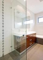 แผ่นกระจกใส ติดตั้งภายในห้องน้ำ ฉากกั้นอาบน้ำ