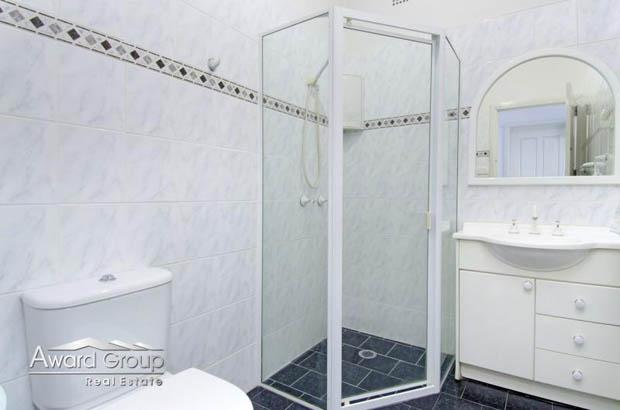 กล่องกระจกอาบน้ำ ในห้องน้ำ