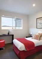 ผนังห้องนอน เปิดช่องรับแสงกว้างๆ