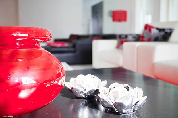 แจกันดอกไม้สีแดงสด