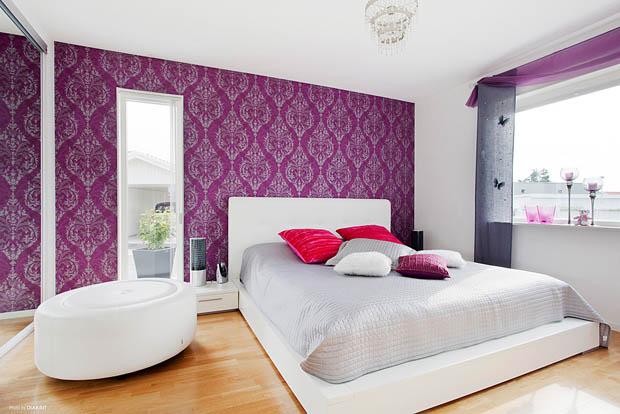 วอลเปเปอร์สีม่วงติดผนังห้องนอน