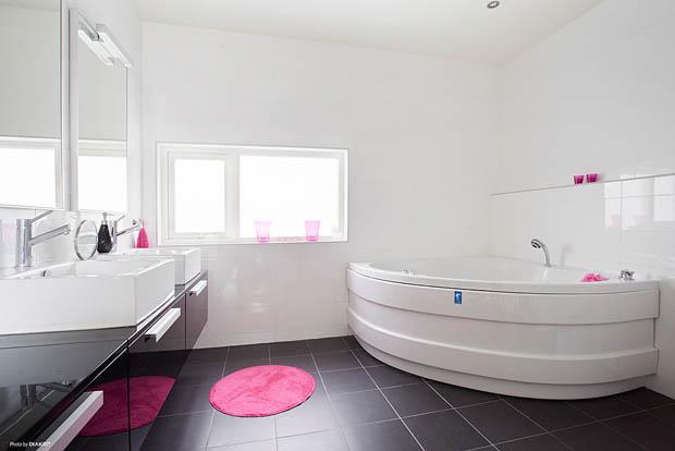 อ่างอาบน้ำสีขาวเข้ามุม