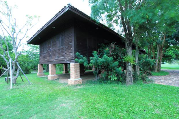 การสร้างบ้านเรือนไทยย้อนยุค แบบยกเสาสูง