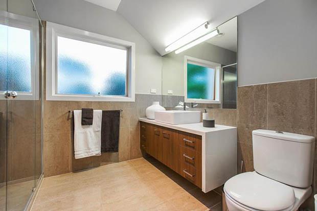 ทาผนังห้องน้ำสีขาว