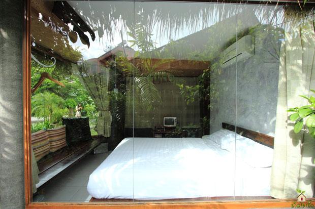ห้องนอนกระจก มีผ้าม่านปิด