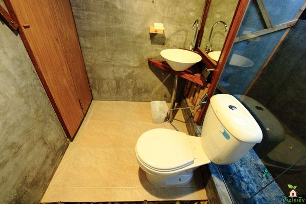 ห้องน้ำแคบๆ แต่งดิบเท่ๆ สไตล์ Tropical