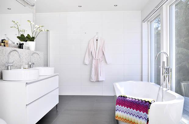 อ่างอาบน้ำสีขาวแบบลอยตัว