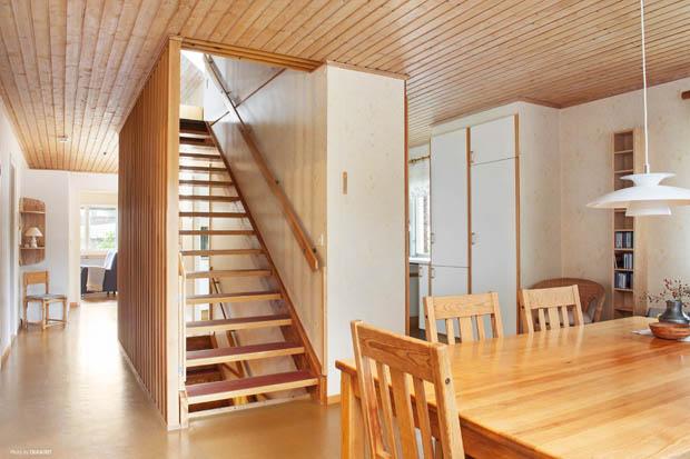 บันไดไม้ห้องใต้บันได