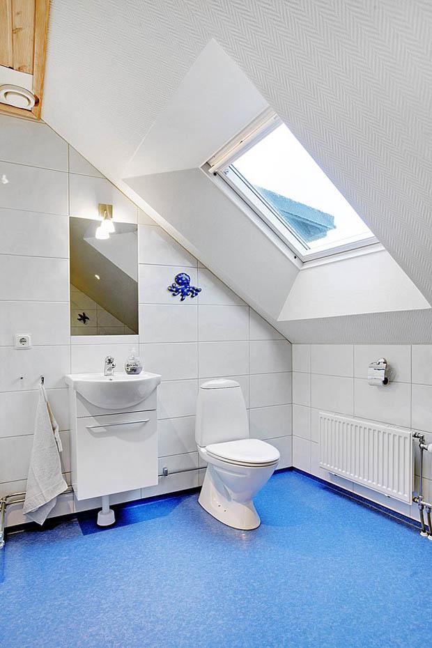 กระเบื้องสีฟ้าในห้องน้ำ