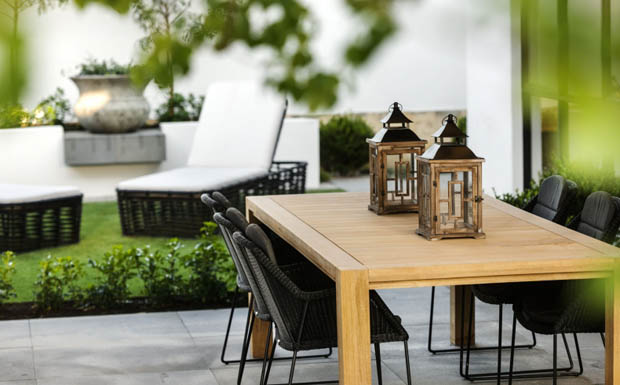 โต๊ะไม้ ตะเกียงไฟ ในสวน