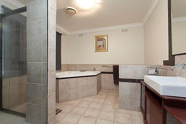 ห้องน้ำ ปูกระเบื้องพื้น และผนัง