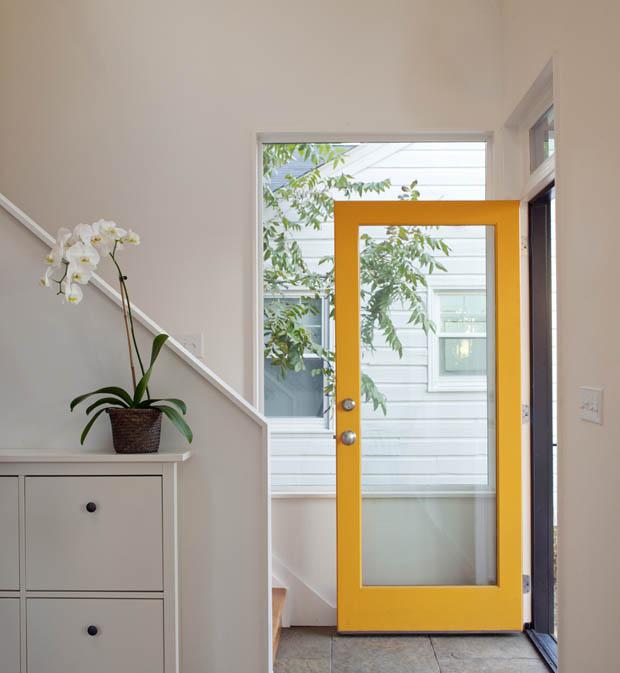 ประตูบ้านไม้ สีเหลือง