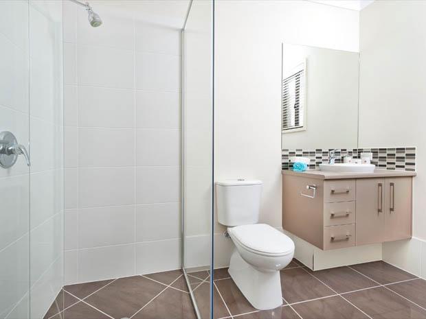 กระจกกั้น อาบน้ำ ติดกับโถส้วม