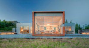 บ้านกล่องกลางทุ่งหญ้า