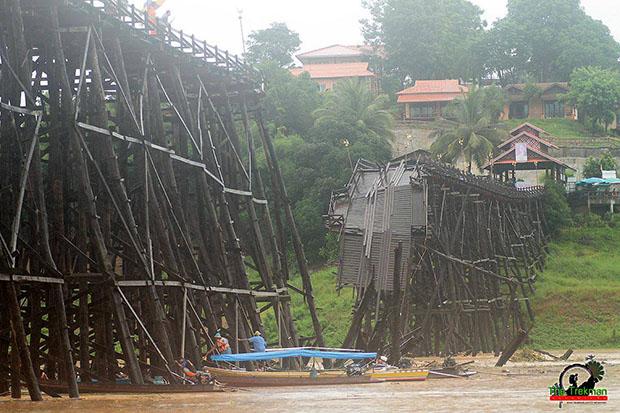 ชาวบ้าน ร่วมกันซ่อมแซม สะพานมอญ