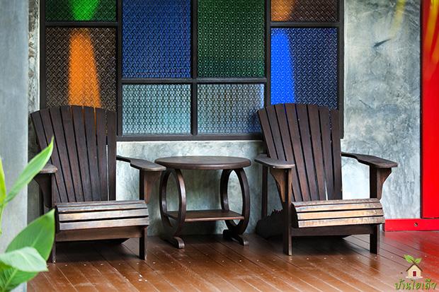 เก้าอี้ไม้จริง มีพนักพิง พร้อมโต๊ะกาแฟทรงกลม