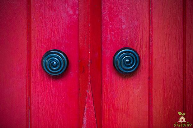 ประตูไม้ สีแดง ระบบล็อกแบบโบราณ