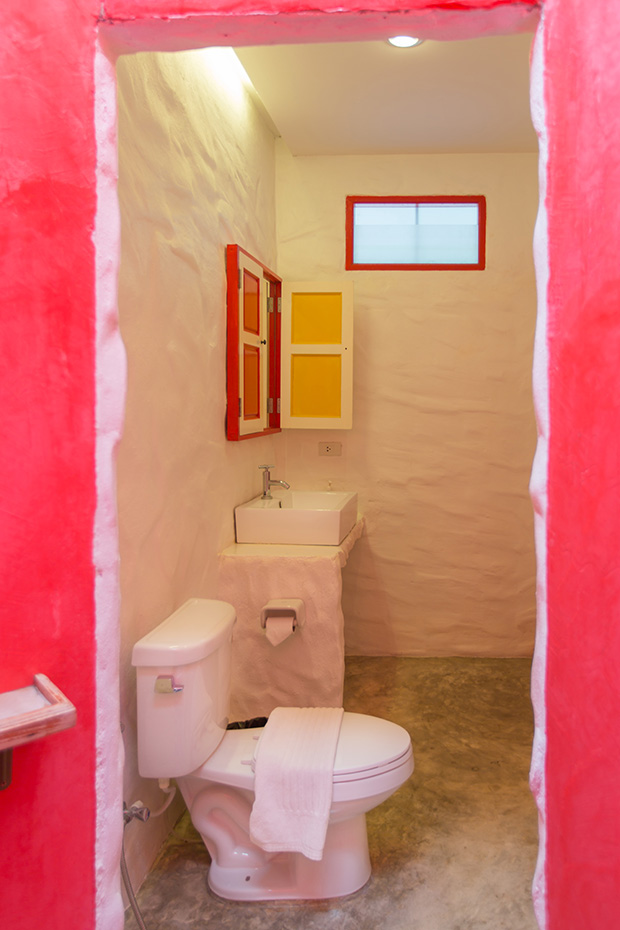 ห้องนอนตกแต่ง เน้นสีสัน ขาว เหลือง แดง