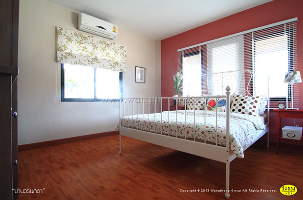 ห้องนอนเล็ก ผนังสีส้ม แดง