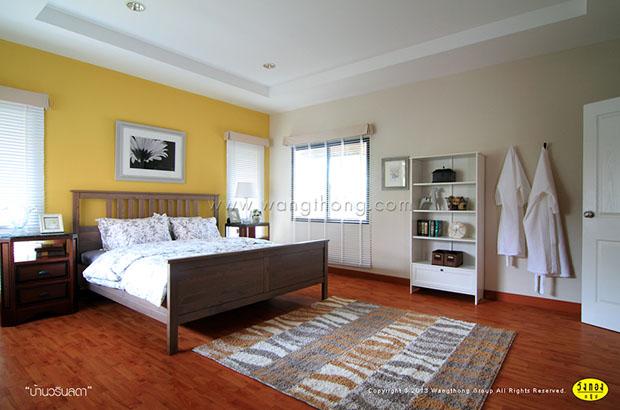 ห้องนอนผนังสีเหลือง เตียงนอนไม้
