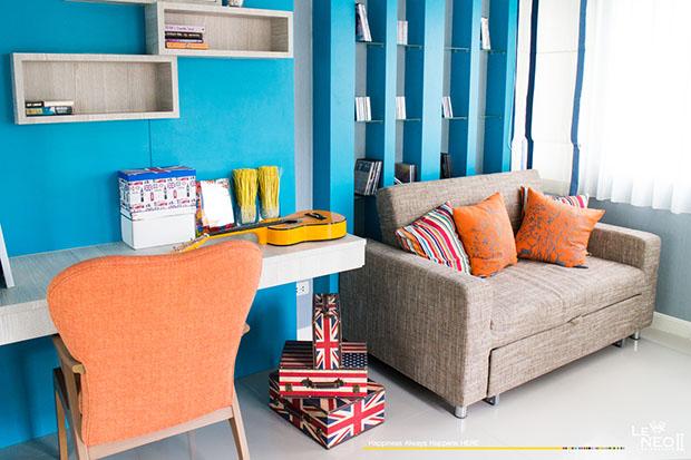 ผนังห้องสีฟ้า ตกแต่งร่วมกับเฟอร์นิเจอร์ สีส้ม