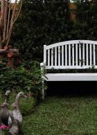 มุมนั่งเล่นในสวน เก้าอี้ไม้เก่า