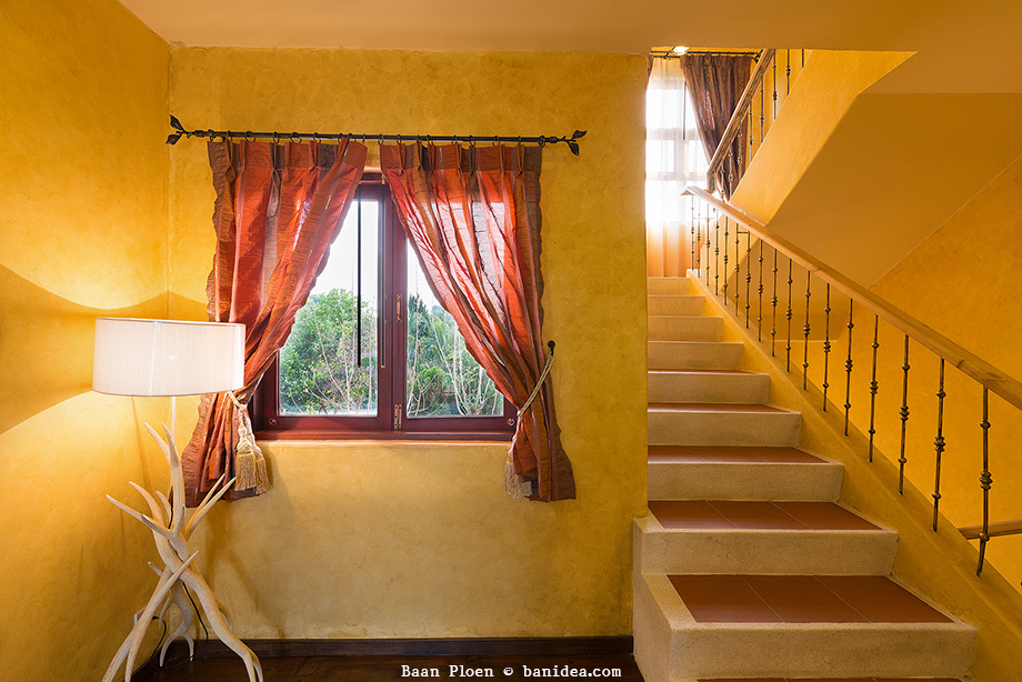 ระเบียงบันได มีช่องหน้าต่างทุกชั้น โปร่งแสงเข้าถึง