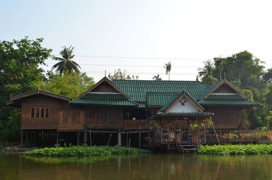 บ้านเรือนไทยประยุกต์ ริมน้ำ