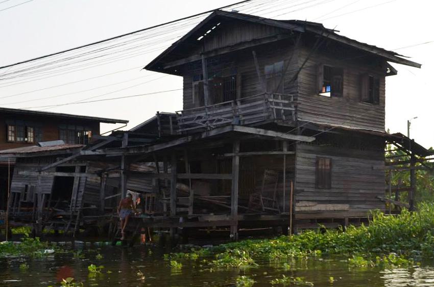 บ้านเก่าทรุดโทรม ยังมีคนอยู่อาศัย