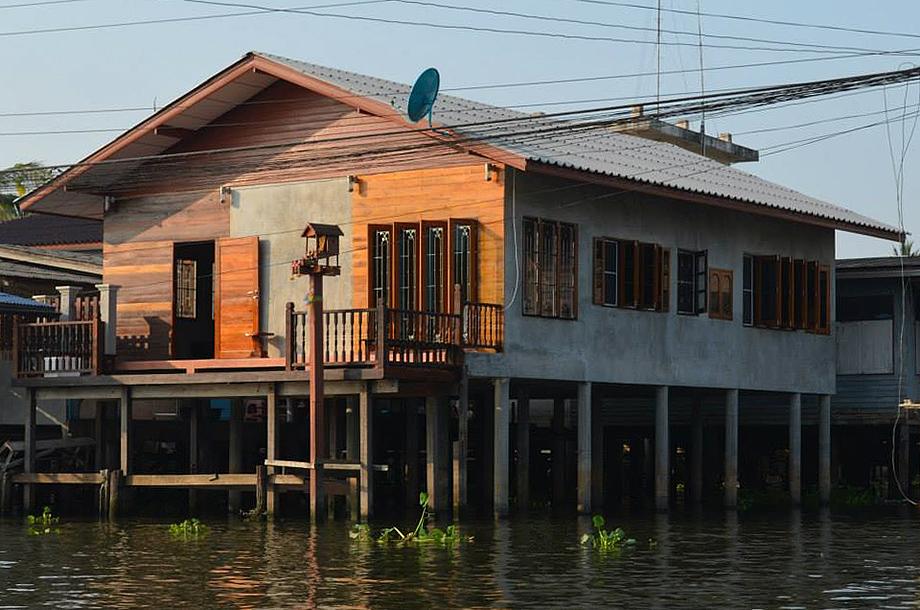 บ้านปูน Loft ยกเสาสร้างบนน้ำ