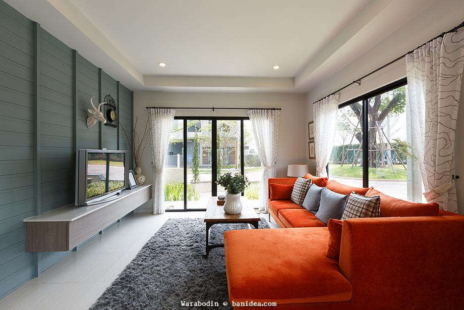 ห้องรับแขก ดูทีวี ตกแต่งด้วยโซฟาสีส้ม ผนังสไตล์ Loft