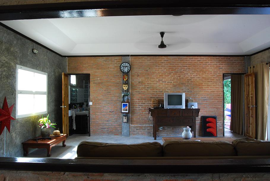 ช่องเปิดจากห้องครัว มองเห็นทีวี