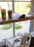 โซนนั่งริมหน้าต่าง ร้านกาแฟ Cup 4 U