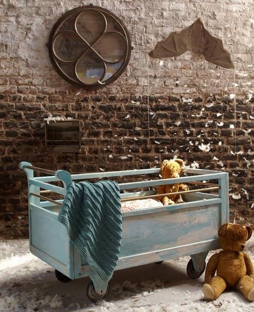 เตียงเด็กเก่า ชิ้นส่วนเครื่องใช้ที่เป็นเหล็ก