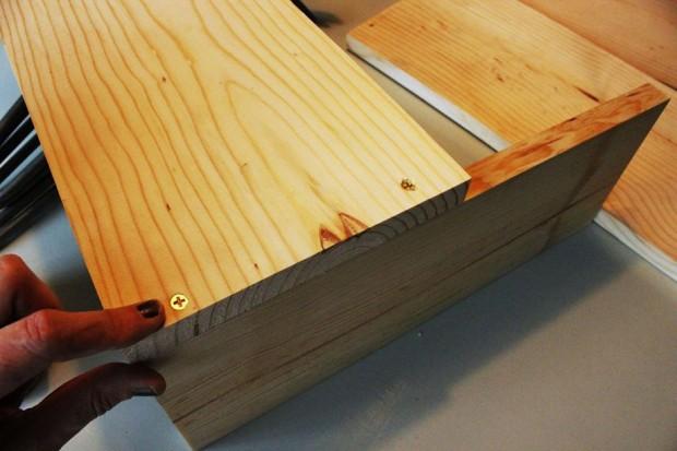 ใช้ไม้ความยาว 14 นิ้วเป็นฐาน แล้ววางไม้ยาว 20 นิ้วแปะด้านบน
