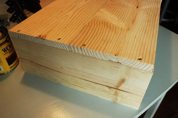 เริ่มประกอบตัวกล่องโดยใช้ไม้ความยาว 14 นิ้วเป็นฐาน