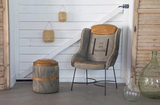 เก้าอี้ทำจากวัสดุเป็นผ้าและหนัง
