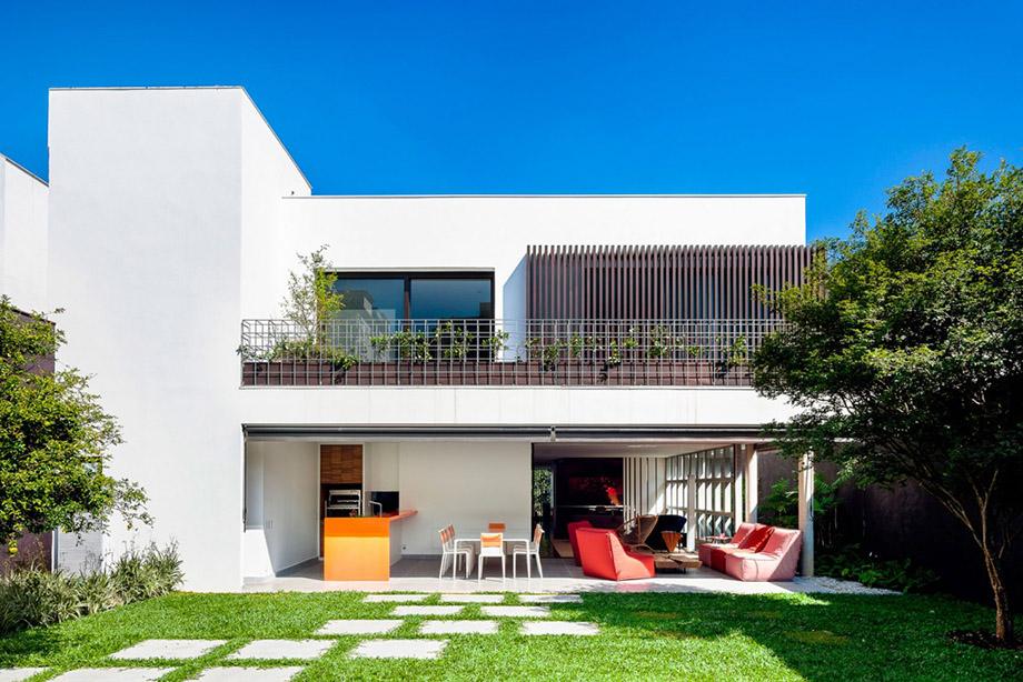 บ้านโมเดิร์นสองชั้นสีขาว