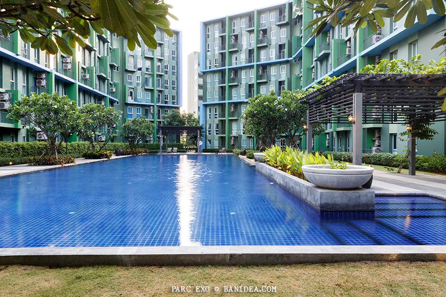 สระว่ายน้ำกลางสวน